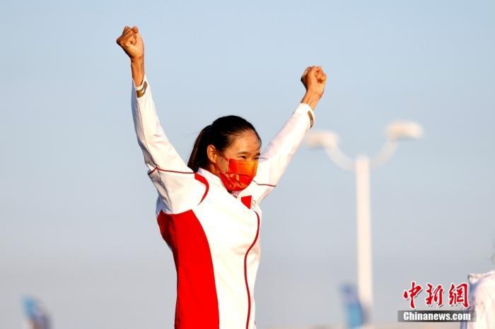 北京时间7月31日,在东京奥运会女子帆板RS:X级奖牌赛中,中国选手卢云秀发挥出色,获得该项目金牌。这也是中国代表团在本届奥运会上的第20枚金牌。图为卢云秀振臂庆祝夺冠。 <a target='_blank' href='http://www.kedivino.com/'>中新社</a>记者 富田 摄