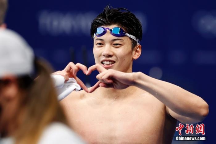7月30日,汪顺在东京奥运会男子200米个人混合泳决赛后庆祝夺冠。<a target='_blank' href='http://www.chinanews.com/'>中新社</a>记者 富田 摄