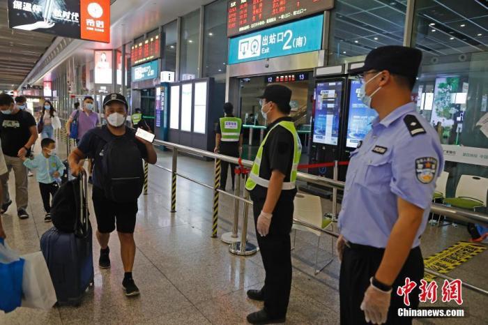 資料圖:8月1日,旅客抵達鐵路上海虹橋站后,出示健康碼出站。 中新社記者 殷立勤 攝