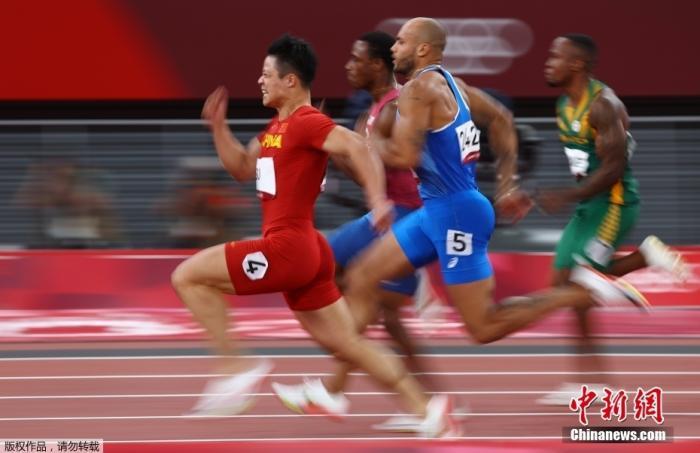 当地时间8月1日,东京奥运会男子百米半决赛上,中国飞人苏炳添以9秒83创下亚洲纪录,刷新个人最好成绩,成功晋级决赛,他也是首个进入奥运会决赛的中国飞人。