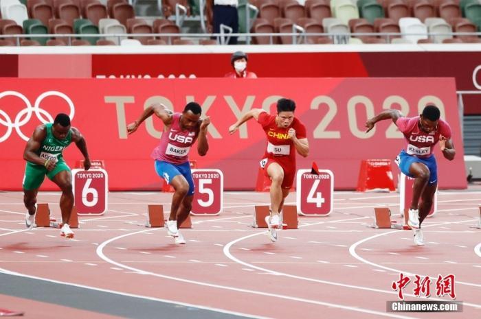 北京时间8月1日晚,在东京奥运会男子百米决赛中,中国选手苏炳添以9.98秒的成绩获得第六名,作为首位闯进奥运男子百米决赛的中国人,他再次创造了历史。图为苏炳添在比赛中。中新社记者 韩海丹 摄