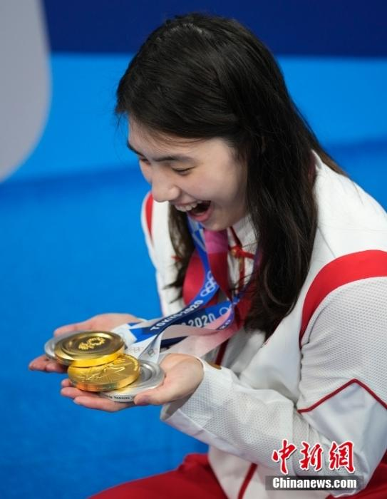 """当地时间8月1日,东京奥运会游泳比赛全部结束,张雨霏在游泳馆展示自己的四块奖牌,拍照留念。本届奥运会,张雨霏游了12枪共收获了2金2银,是当之无愧的""""劳模""""。<a target='_blank' href='http://www.orbitpk.com/'>中新社</a>记者 杜洋 摄"""