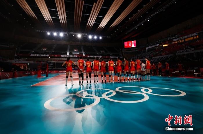 7月31日,在东京奥运会女子排球小组赛中,中国队以3:0战胜意大利队。图为中国队等待出场。 <a target='_blank' href='http://www.chinanews.com/'>中新社</a>记者 韩海丹 摄