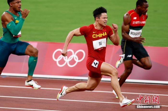 8月1日,在东京奥运会田径男子百米半决赛中,中国选手苏炳添以9.83秒的成绩获得小组第一顺利晋级决赛,并打破亚洲纪录,他也成为了首位闯进奥运男子百米决赛的中国人。图为苏炳添在比赛中。 lt;a target='_blank' href='http://www.chinanews.com/'gt;中新社lt;/agt;记者 富田 摄