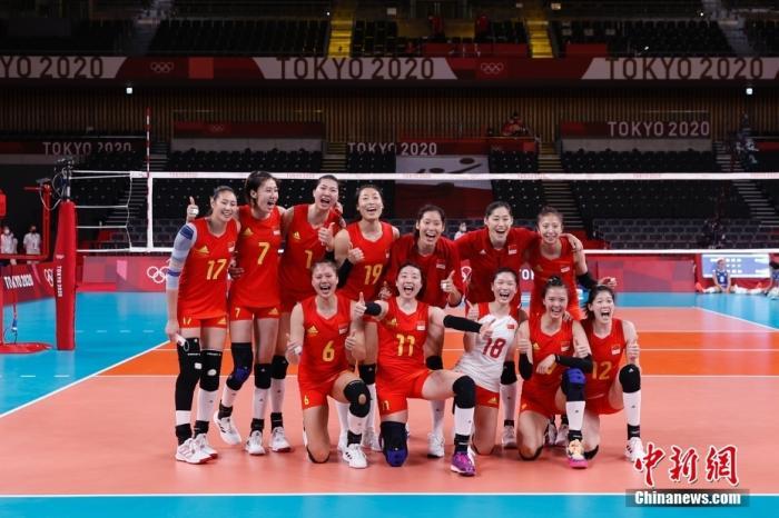7月31日,中国女排队员赛后合影。当日,在东京奥运会女子排球小组赛中,中国队以3:0战胜意大利队。 <a target='_blank' href='http://www.chinanews.com/'>中新社</a>记者 韩海丹 摄