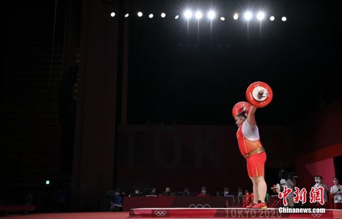 北京时间8月2日,在东京奥运会举重女子87公斤以上级比赛中,中国选手李雯雯以抓举140公斤、挺举180公斤、总成绩320公斤的成绩夺得冠军,其中抓举、挺举和总成绩均打破奥运纪录。这是中国代表团在本届奥运会的第29金。图为李雯雯在比赛中。 图片来源:视觉中国