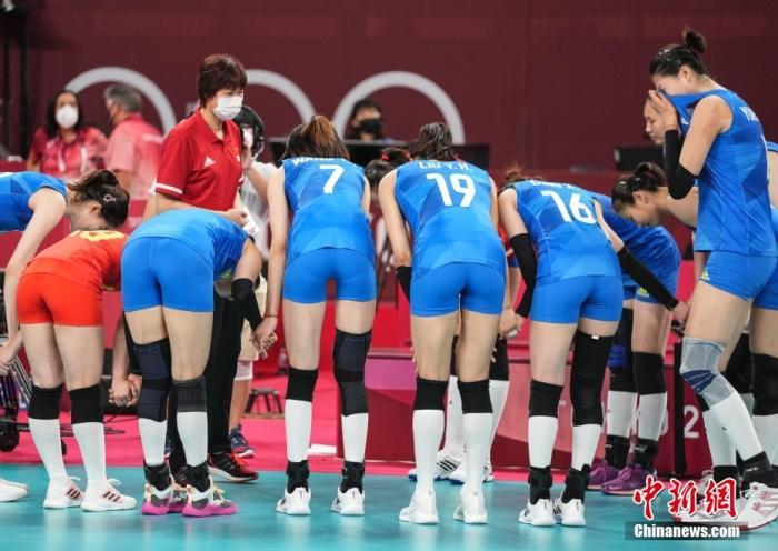 北京时间8月2日下午,中国女排迎来与阿根廷女排的较量。提前两轮无缘小组出线的中国女排在比赛中依旧全力以赴,最终以3:0(25:15,25:22,25:19)完胜对手。至此,中国女排以小组赛2胜3负的战绩结束了东京奥运之旅。图为比赛结束后,队员向郎平鞠躬。 中新社记者 杜洋 摄