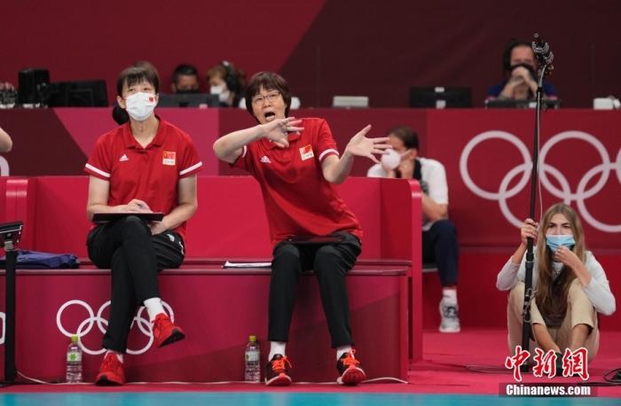 北京时间8月2日下午,中国女排迎来与阿根廷女排的较量。提前两轮无缘小组出线的中国女排在比赛中依旧全力以赴,最终以3:0(25:15,25:22,25:19)完胜对手。至此,中国女排以小组赛2胜3负的战绩结束了东京奥运之旅。图为郎平在场边指导。 <a target='_blank' href='http://www.chinanews.com/'>中新社</a>记者 杜洋 摄