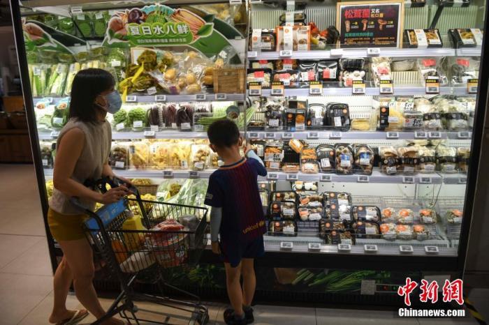 资料图:民众在超市选购食品。杨华峰 摄