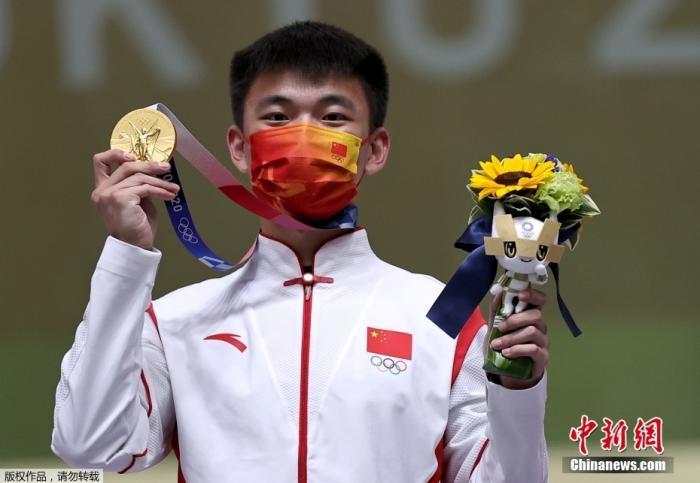 北京时间2日,在东京奥运会男子50米步枪三姿比赛中,以资格赛第二名闯入决赛的中国选手张常鸿发挥出色,以466环的成绩打破世界纪录、奥运会并夺冠。这是中国代表团在本届奥运会上的第27金。图为张常鸿展示金牌。