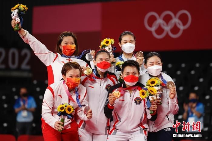图为东京奥运会羽毛球女双决赛颁奖仪式现场。<a target='_blank' href='http://www.chinanews.com/'>中新社</a>记者 韩海丹 摄