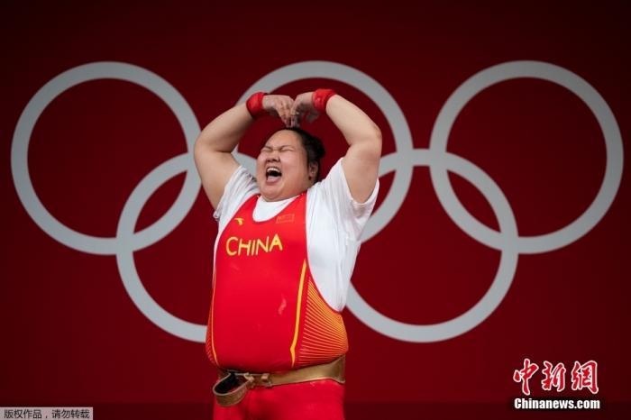 北京时间8月2日,在东京奥运会举重女子87公斤以上级比赛中,中国选手李雯雯以抓举140公斤、挺举180公斤、总成绩320公斤的成绩夺得冠军,其中抓举、挺举和总成绩均打破奥运纪录。这是中国代表团在本届奥运会的第29金。图为李雯雯比心庆祝胜利。