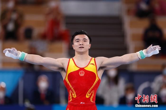 吊环决赛后尤浩为刘洋戴金牌