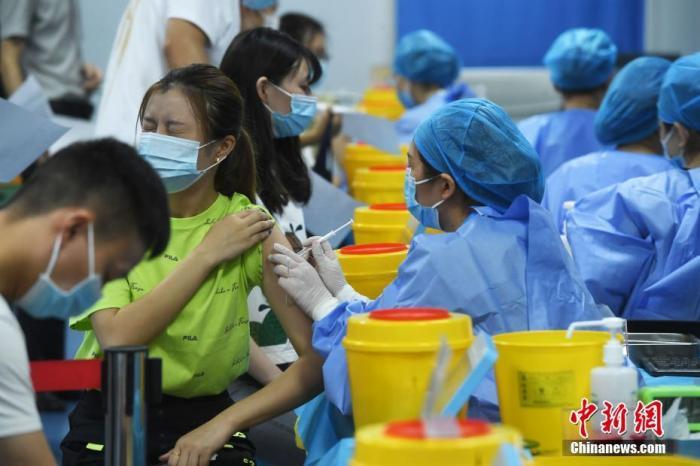 8月2日,在重庆江北观音桥商圈新冠疫苗接种点,市民正有序进行疫苗接种。 中新社记者 陈超 摄