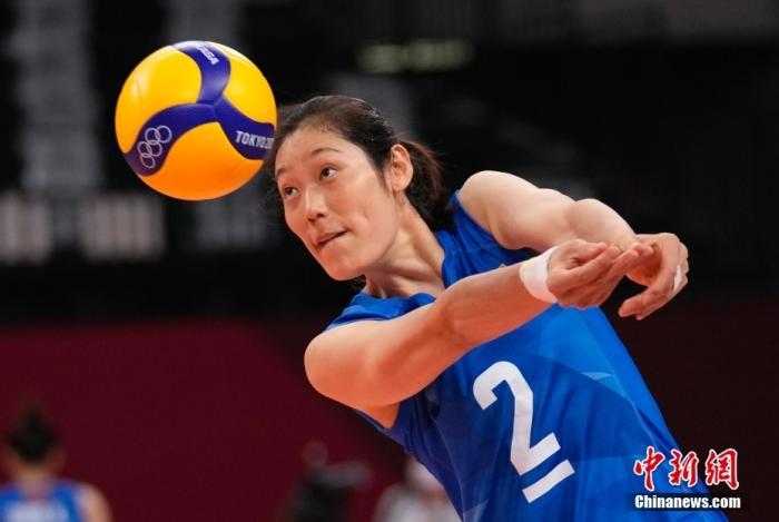 北京时间8月2日下午,中国女排迎来与阿根廷女排的较量。提前两轮无缘小组出线的中国女排在比赛中依旧全力以赴,最终以3:0(25:15,25:22,25:19)完胜对手。至此,中国女排以小组赛2胜3负的战绩结束了东京奥运之旅。图为中国女排队员朱婷热身。 <a target='_blank' href='http://www.chinanews.com/'>中新社</a>记者 杜洋 摄