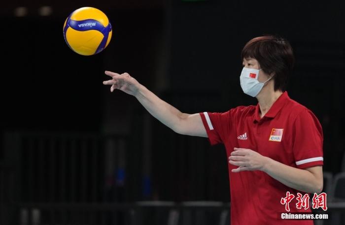 北京时间8月2日下午,中国女排迎来与阿根廷女排的较量。提前两轮无缘小组出线的中国女排在比赛中依旧全力以赴,最终以3:0(25:15,25:22,25:19)完胜对手。至此,中国女排以小组赛2胜3负的战绩结束了东京奥运之旅。图为赛前中国女排热身时,郎平在场边。 <a target='_blank' href='http://www.chinanews.com/'>中新社</a>记者 杜洋 摄