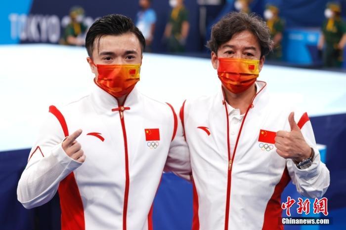 北京时间8月2日,在东京奥运会男子体操单项吊环的比赛中,中国选手刘洋以15.500分夺得冠军。这是中国代表团本届比赛的第26金。图为刘洋(左)在体操男子吊环决赛后与教练金卫国庆祝胜利。 <a target='_blank' href='http://www.kedivino.com/'>中新社</a>记者 富田 摄