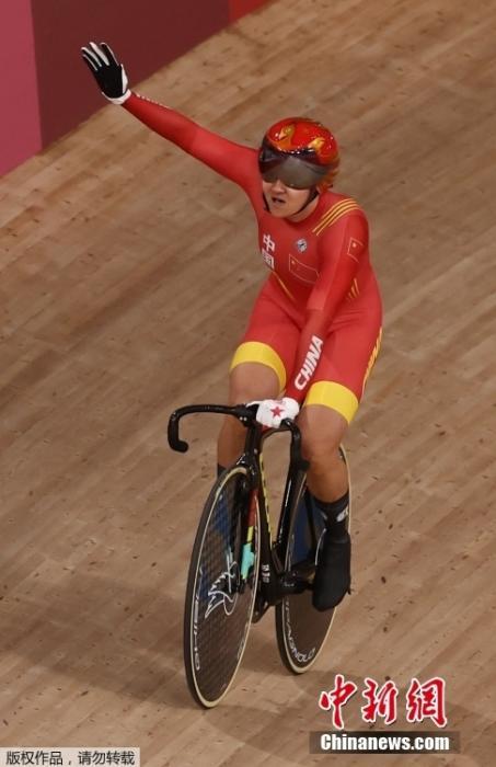北京时间8月2日,在东京奥运会场地自行车女子团体争先赛中,由钟天使和鲍珊菊组成的中国队以31秒895夺得冠军。这是中国代表团的第28金。图为钟天使挥手致意。