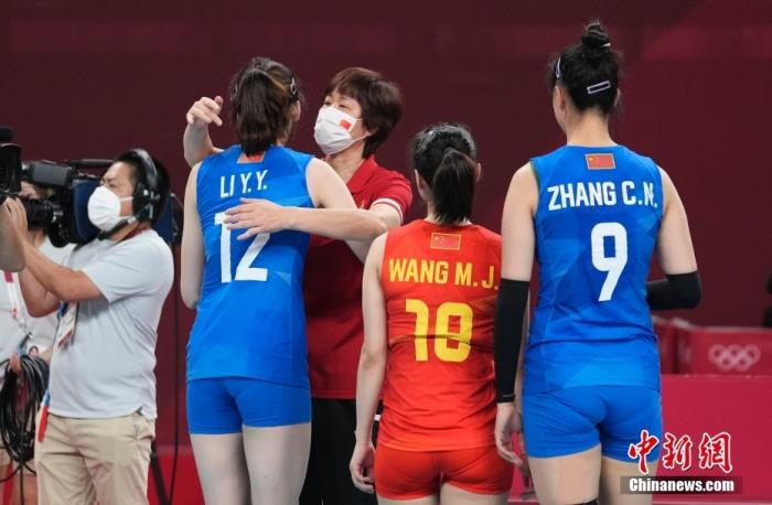 北京时间8月2日下午,中国女排迎来与阿根廷女排的较量。提前两轮无缘小组出线的中国女排在比赛中依旧全力以赴,最终以3:0(25:15,25:22,25:19)完胜对手。至此,中国女排以小组赛2胜3负的战绩结束了东京奥运之旅。图为比赛后,主教练郎平与中国女排队员拥抱。 <a target='_blank' href='http://www.chinanews.com/'>中新社</a>记者 杜洋 摄