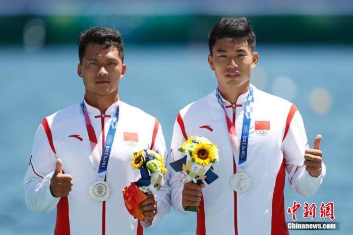 8月3日,刚刚结束的东京奥运会男子1000米双人划艇决赛中,中国组合刘浩/郑鹏飞以3分25秒198夺得亚军。这也是中国皮划艇队时隔十三年再夺奥运奖牌。图为刘浩和郑鹏飞登上领奖台。中新社记者 富田 摄