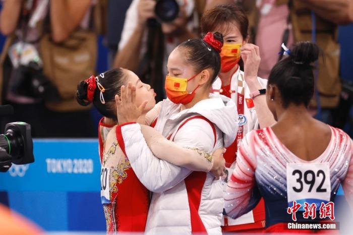 北京时间8月3日,在东京奥运会女子平衡木决赛中,中国选手管晨辰以14.633分夺得冠军。这是中国代表团本届奥运会的第32金。另一位中国选手唐茜靖获得第二。图为管晨辰(左)在体操女子平衡木决赛后与队友拥抱。 lt;a target='_blank' href='http://www.chinanews.com/'gt;中新社lt;/agt;记者 富田 摄