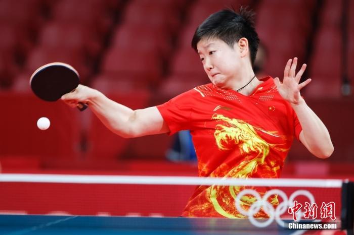 8月3日,中国队球员孙颖莎在比赛中。当日,东京奥运会举行乒乓球女子团体比赛,中国队战胜新加坡队,晋级四强。 <a target='_blank' href='http://www.chinanews.com/'>中新社</a>记者 韩海丹 摄