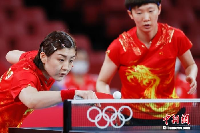 8月3日,中国队球员陈梦(左)/王曼昱在比赛中。当日,东京奥运会举行乒乓球女子团体比赛,中国队战胜新加坡队,晋级四强。 lt;a target='_blank' href='http://www.chinanews.com/'gt;中新社lt;/agt;记者 韩海丹 摄