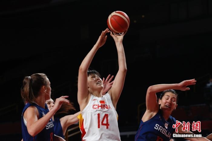 当地时间8月4日,中国队球员李月汝(中)在比赛中上篮。当日,在东京奥运会女子篮球1/4决赛中,中国女篮70:77不敌塞尔维亚女篮,止步八强。 lt;a target='_blank' href='http://www.chinanews.com/'gt;中新社lt;/agt;记者 韩海丹 摄
