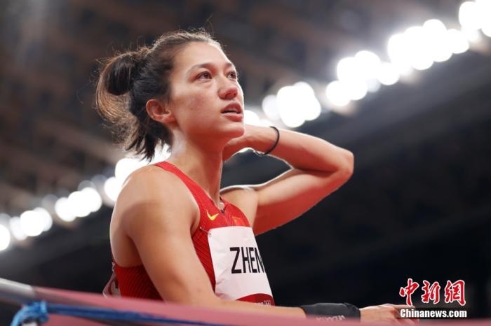 当地时间8月4日,中国选手郑妮娜力在田径女子七项全能铅球比赛中与教练交流。 lt;a target='_blank' href='http://www.chinanews.com/'gt;中新社lt;/agt;记者 富田 摄