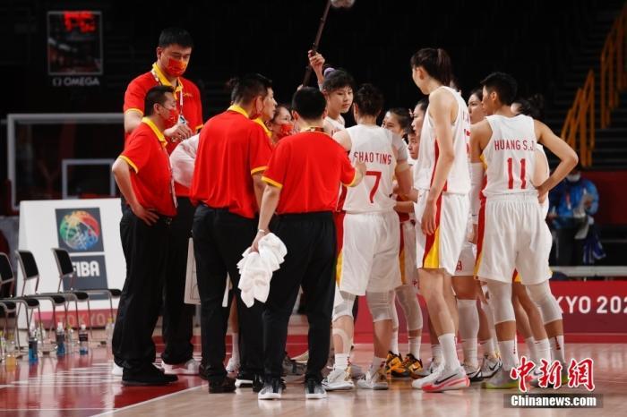 当地时间8月4日,中国队主教练许利民等布置战术。当日,在东京奥运会女子篮球1/4决赛中,中国女篮70:77不敌塞尔维亚女篮,止步八强。 <a target='_blank' href='http://www.chinanews.com/'>中新社</a>记者 韩海丹 摄