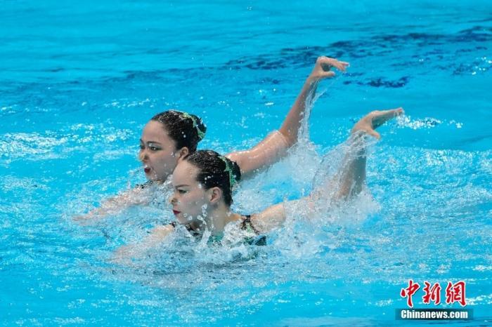 8月4日晚,东京奥运会花样游泳双人自由自选决赛进行,中国组合黄雪辰/孙文雁得到96.9000分,加上此前的技术自选得分,最终她们以192.4499分夺得亚军,俄罗斯奥运组合夺得冠军。图为中国组合在比赛中。 /p中新社记者 杜洋 摄
