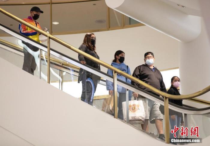 当地时间8月3日,顾客在美国加州旧金山一家商场内购物。