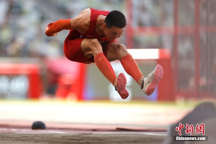 当地时间8月5日,东京奥运会男子三级跳远决赛中,中国选手朱亚明凭借在第五跳跳出的17米57的个人生涯最佳成绩,收获一枚宝贵的银牌。中新社记者 富田 摄