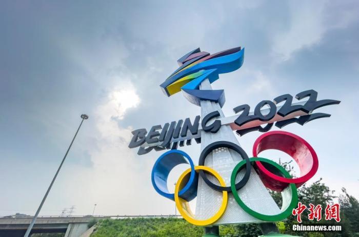 8月5日,北京市西五环晋元桥东北角匝道处矗立着北京2022年冬奥会会徽雕塑。据了解,作为晋元桥景观提升工程的北京2022年冬奥会和冬残奥会会徽雕塑主体工程日前已完成,两座会徽雕塑均为20.22米高,会徽形式严格按照国际奥委会要求的标准进行设计。 <a target='_blank' href='http://www.chinanews.com/'>中新社</a>记者 侯宇 摄