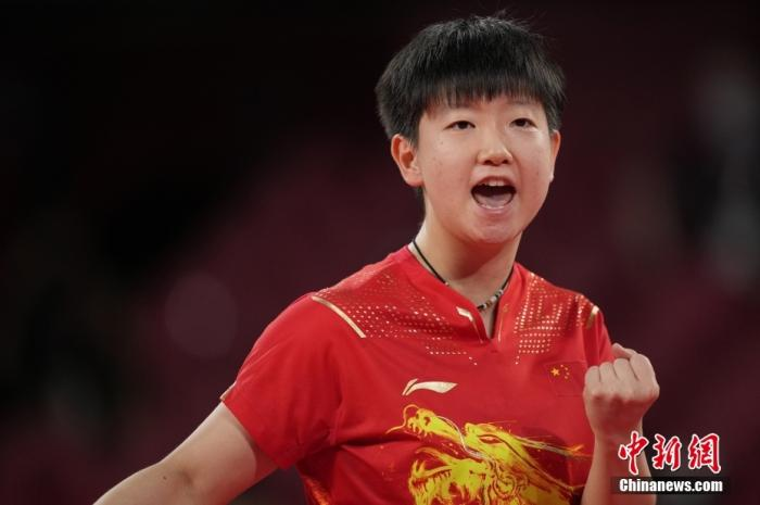 日月58晚。在东京奥运会女乒团体决赛中,由陈梦、孙颖莎、王曼昱组成的中国队3:0战胜日本队,获得冠军。这是国乒本届奥运会得到的第三枚金牌,也是中国代表团在东京奥运会的第34金。图为孙颖莎在比赛中。图片来源:视觉中国