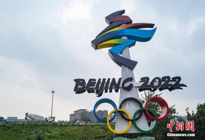 8月5日,北京市西五环晋元桥东北角匝道处矗立着北京2022年冬奥会会徽雕塑。据了解,作为晋元桥景观提升工程的北京2022年冬奥会和冬残奥会会徽雕塑主体工程日前已完成,两座会徽雕塑均为20.22米高,会徽形式严格按照国际奥委会要求的标准进行设计。 中新社记者 侯宇 摄
