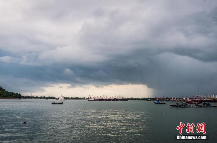 """防抗台风""""卢碧""""  福建渔船回港千余个工地停工"""