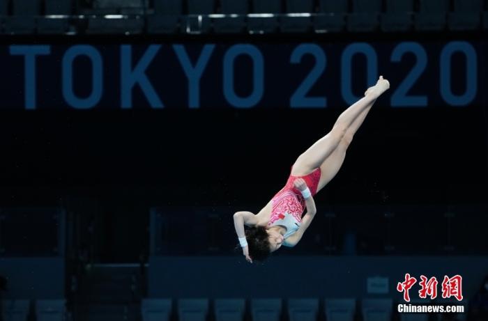 8月5日,在东京奥运会跳水项目女子10米跳台决赛中,中国选手全红婵466.20分夺得冠军,陈芋汐425.40分获得银牌。图为陈芋汐在比赛中。 lt;a target='_blank' href='http://www.chinanews.com/'gt;中新社lt;/agt;记者 杜洋 摄