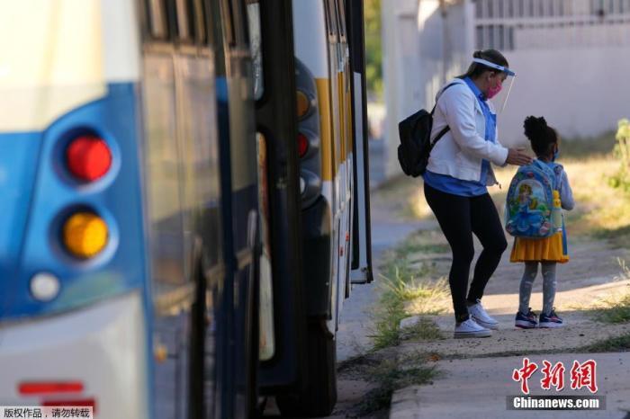 当地时间8月5日,巴西首都巴西利亚,当地学生在进行了一年半的远程学习之后,开始回到学校上课。