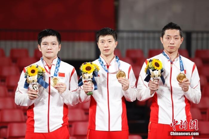 北京时间8月6日晚,在东京奥运会乒乓球男团决赛中,由马龙、樊振东和许昕组成的中国队以3:0战胜德国队,获得冠军。这是中国代表团本届奥运会第35金,也是国乒在东京奥运会获得的第4金。图为颁奖仪式。 <a target='_blank' href='http://www.chinanews.com/'>中新社</a>记者 韩海丹 摄