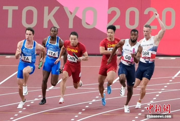 東京奧運會男子4×100米接力決賽中,中國隊以37.79秒的成績獲得第四,第四名也追平了中國在該項目的最好成績。圖為蘇炳添(右三)給吳智強(右四)交棒。 <a target='_blank' >中新社</a>記者 杜洋 攝