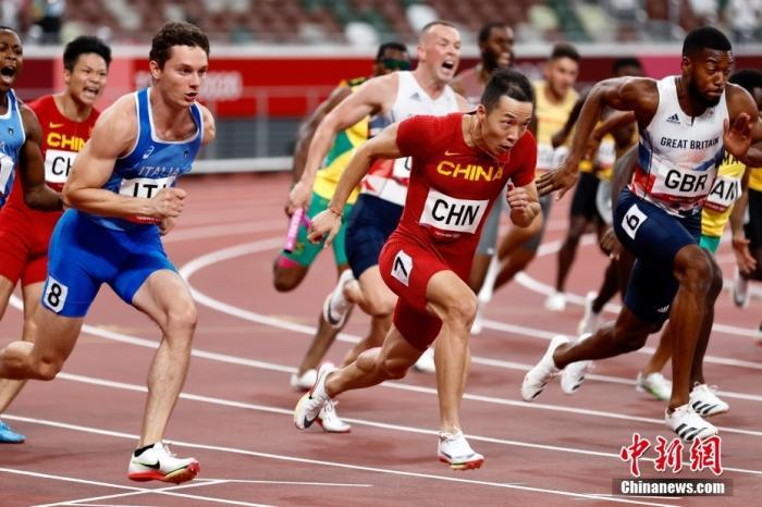 東京奧運會男子4×100米接力決賽中,中國隊以37.79秒的成績獲得第四,第四名也追平了中國在該項目的最好成績。圖為吳智強(右二)、蘇炳添(左二)在田徑男子4×100米接力決賽中。 <a target='_blank' >中新社</a>記者 富田 攝