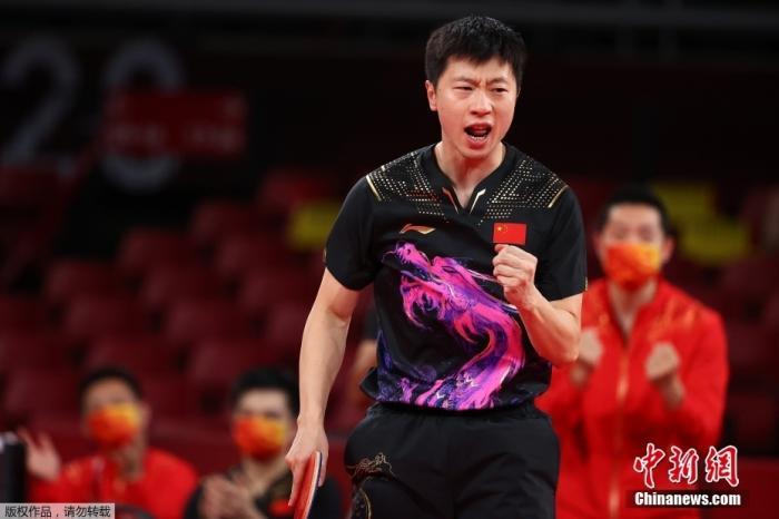 北京时间8月6日晚,在东京奥运会乒乓球男团决赛中,由马龙、樊振东和许昕组成的中国队以3:0战胜德国队,获得冠军。这是中国代表团本届奥运会第35金,也是国乒在东京奥运会获得的第4金。图为马龙在比赛中。