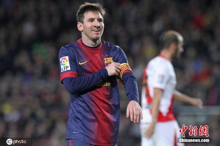 2013年3月17日,12/13赛季西班牙足球甲级联赛第28轮,巴萨3-1巴列卡诺,本场比赛梅西首次戴上了队长袖标。图片来源:ICphoto