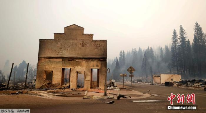 当地时间8月5日,山火肆虐过后,美国加利福尼亚州格林维尔镇大量建筑被焚毁。据当地工作人员介绍,大火烧毁了格林维尔的数十所房屋和企业,并继续向其他住宅社区蔓延。图为一处建筑被烧毁后,只矗立着意面墙壁。