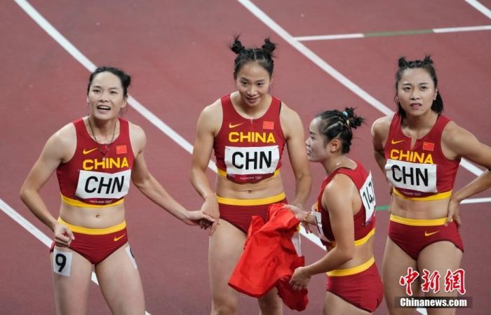 8月6日,在东京奥运会女子4x100米接力决赛中,由梁小静、葛曼棋、黄瑰芬、韦永丽组成的中国队以42.71秒获得第六名。图为赛后的队员们。 lt;a target='_blank' href='http://www.chinanews.com/'gt;中新社lt;/agt;记者 杜洋 摄