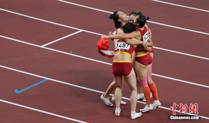 8月6日,在东京奥运会女子4x100米接力决赛中,由梁小静、葛曼棋、黄瑰芬、韦永丽组成的中国队以42.71秒获得第六名。图为赛后队员拥抱。 中新社记者 杜洋 摄