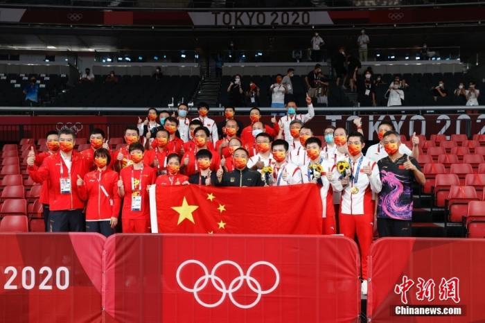 北京时间8月6日晚,在东京奥运会乒乓球男团决赛中,由马龙、樊振东和许昕组成的中国队以3:0战胜德国队,获得冠军。这是中国代表团本届奥运会第35金,也是国乒在东京奥运会获得的第4金。图为中国乒乓球队庆祝夺冠。 <a target='_blank' href='http://www.chinanews.com/'>中新社</a>记者 韩海丹 摄
