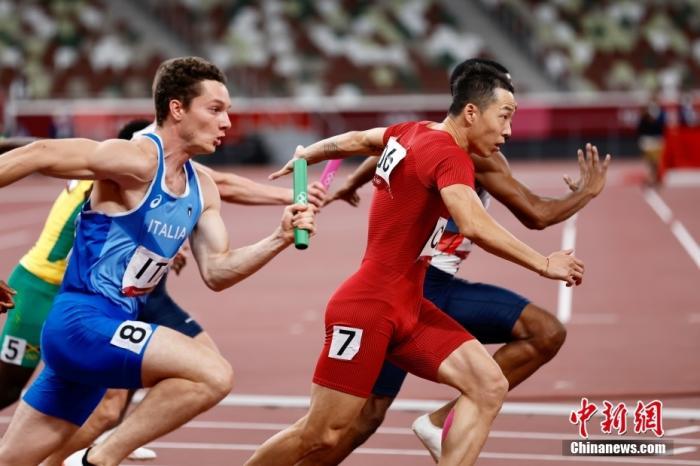 8月6日,在东京奥运会男子4×100米接力决赛中,中国队以37.79秒的成绩获得第四,第四名也追平了中国在该项目的最好成绩。图为比赛现场。 lt;a target='_blank' href='http://www.chinanews.com/'gt;中新社lt;/agt;记者 富田 摄