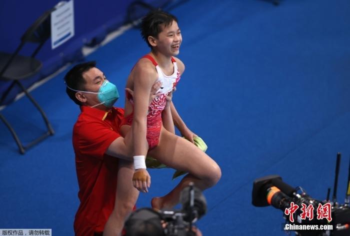 当地时间8月5日,中国代表团年龄最小的奥运冠军诞生,全红婵以领先95分的总成绩拿到金牌,赛后教练把她高高举起。